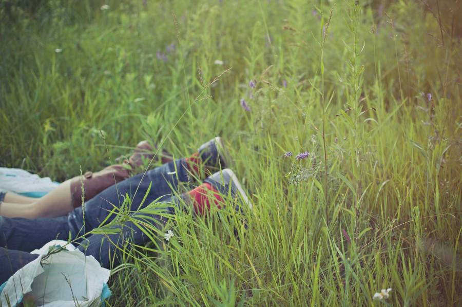 pareja, amor, exterior, hierba, pasto, recostados, acostados, dos personas, joven, jeans, concepto,