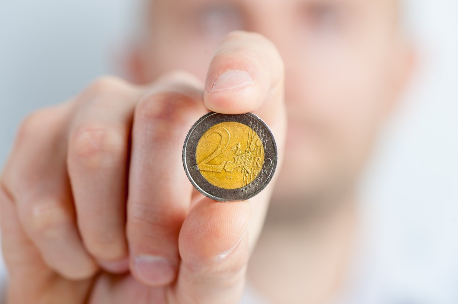 moneda, dinero, mano, economia, finanzas, dos, 2, euro, euros, europa,