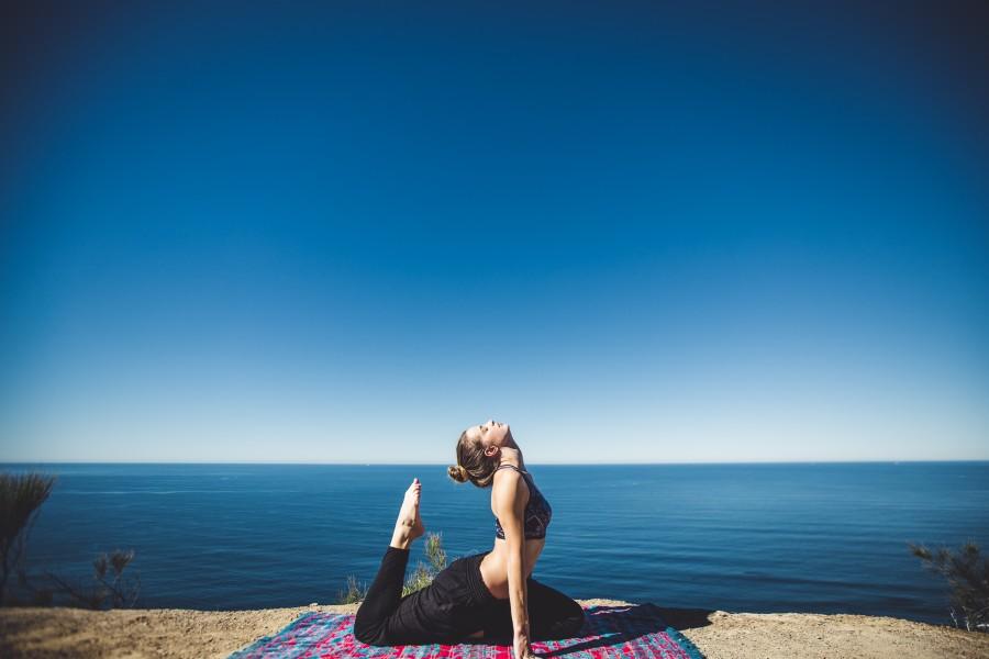 mujer, yoga, ejercicio, practica, dia, meditacion, relajación, relax, deporte, estirar, estiramiento, joven, 20 años, aire libre, actividad, salud, playa