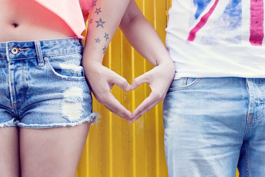 manos, el amor, personas, corazón, pantalones vaqueros, joven, tatuaje, juntos , jeans, amistad, hombre, mujer, pareja, estrellas tatuadas