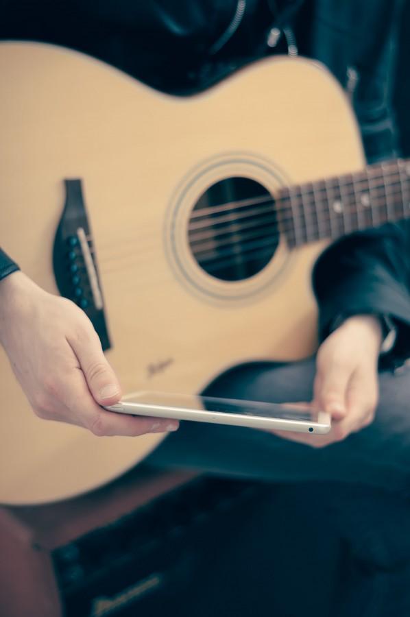 guitarra, musica, una persona, gente, hombre, musico, ipad, tecnologia, primer plano, criolla, acustica,