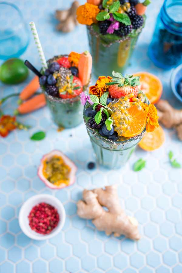 cocktail, bebida, trago, fruta, frutal, arandano, bayas, moras, naranja, rodajas, alcoholica, colorido, jengibre