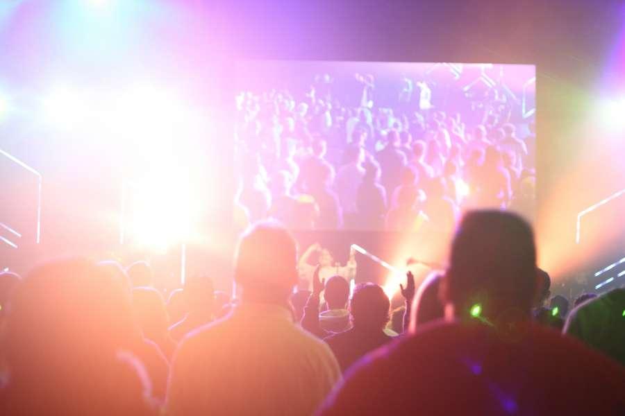 concierto, recital, evento, luz, luces, iluminado, multitud, gente, reflejo, interior, musica, musical,