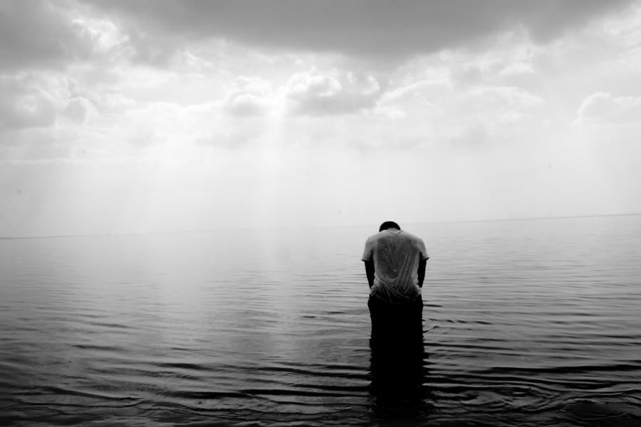 una persona, gente, hombre, blanco y negro, mar, agua, soledad, concepto, triste, tristeza, melancolia, mojado