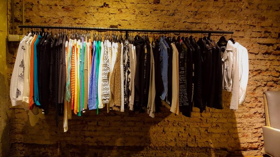 imagen de ropa en tienda
