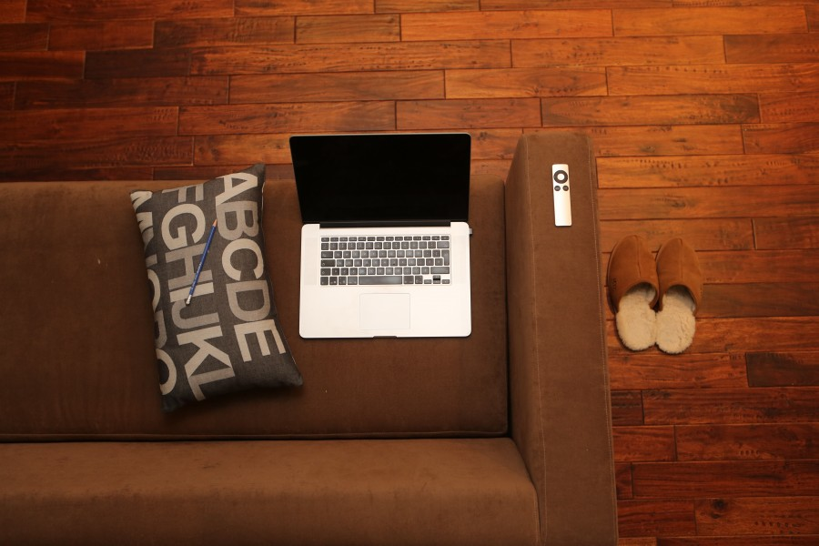 oficina en casa, portátil, casa, sofá, canapé, equipo, ordenador portátil, tecnología, relajada, móviles, la comunicación, red, salón, macbook, apple, a distancia, almohada, lápiz, zapatillas, frondosas, pisos, condo, desván, apartamento , fotos gratis,  imágenes gratis