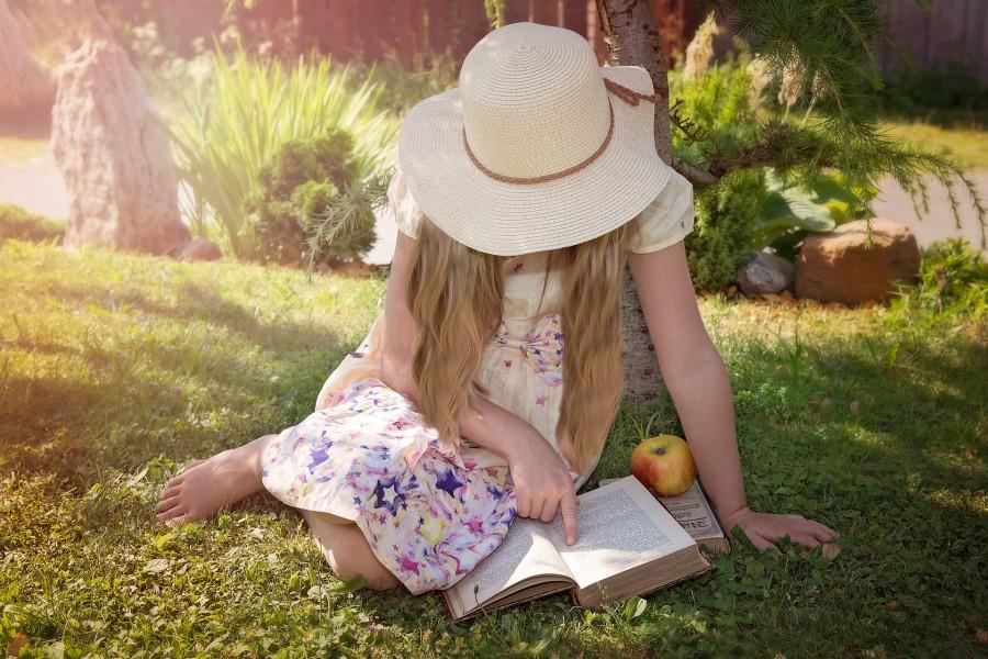 una persona, gente, niña, 10 años, vestido, aire libre, verano, leer, leyendo, estudio, estudiar, estudiando, jardin, parque, paseo, pasear, concepto, exterior, dia, sombrero,