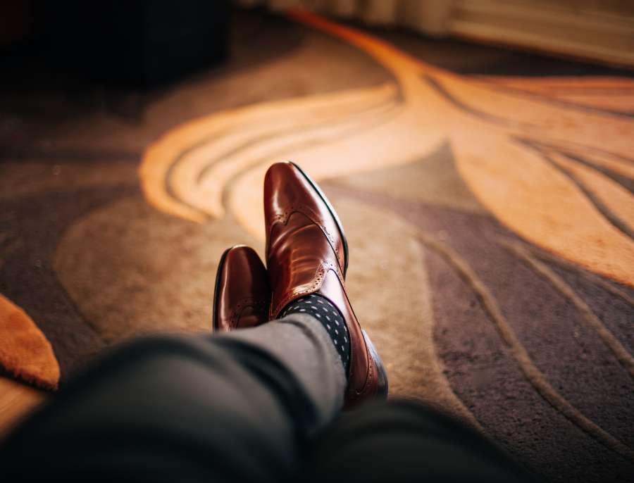 hombre, piernas, zapatos, cuero, negocios, concepto, elegante, brillante, interior, espera, relax, esperar, hombre de negocios, marron,