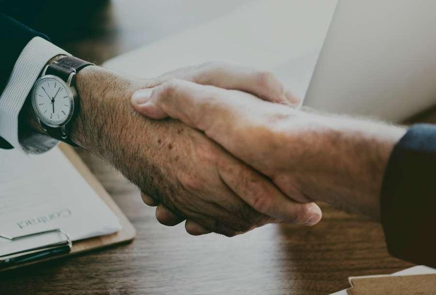 manos, hombre, oficina, interior, pacto, trato, confianza, negocios, finanzas, trabajo, chocar las manos, apreton de manos, concepto,