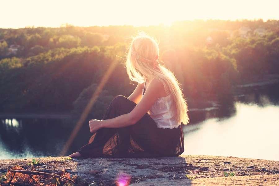 🥇 Imagen de mujer mirando al horizonte con un paisaje de arboles de fondo  - 【FOTO GRATIS】 100011768