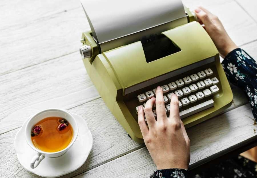 manos, una persona, mujer, escritor, te, taza, bebida, escritorio, inspiracion, trabajo, redactar, redactor, verde, interior, vintage, antiguo, maquina de escribir