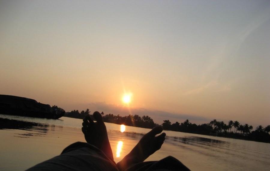 Una persona,Relax,atardecer,hombre,rio,lago,laguna,pies,sombra,sombras,sol,puesta de sol,dia,vacaciones,verano,ocio,tiempo libre