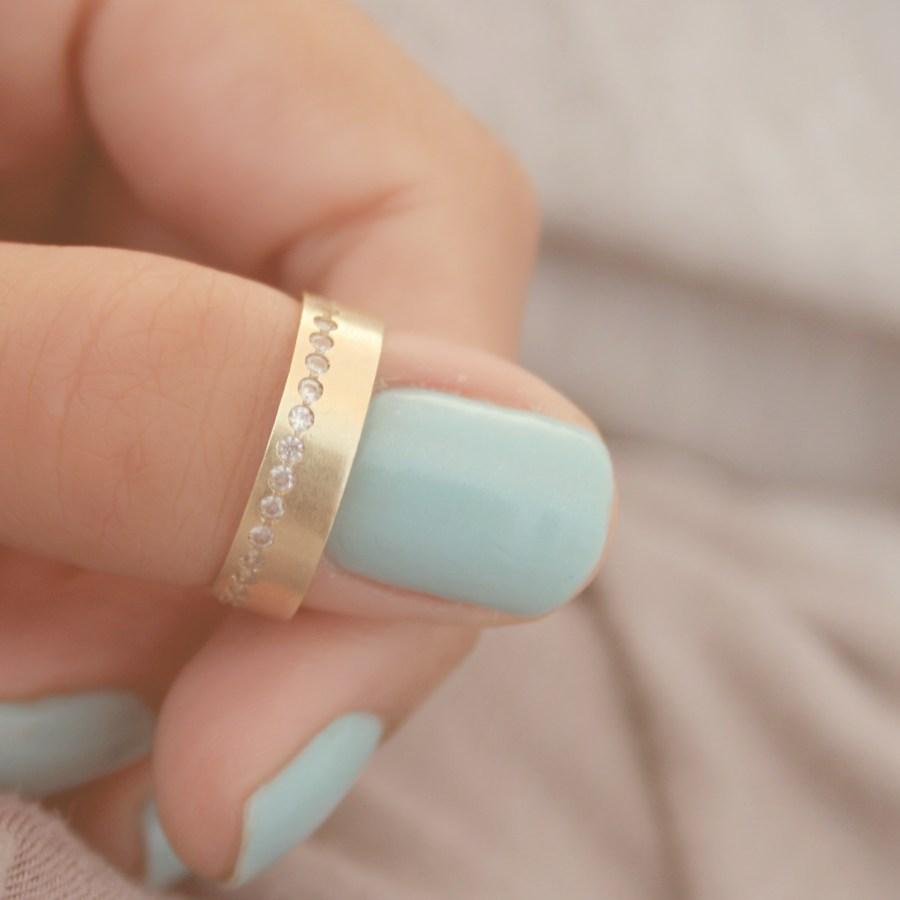 Imagen de Mujer colocandose su anillo de compromiso - Foto Gratis