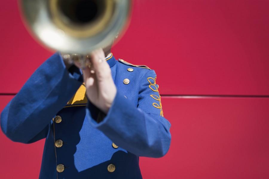 musica, banda, hombre, uniforme, instrumento, instrumento de viento, trompeta, dorado, sonido, concepto, una persona,