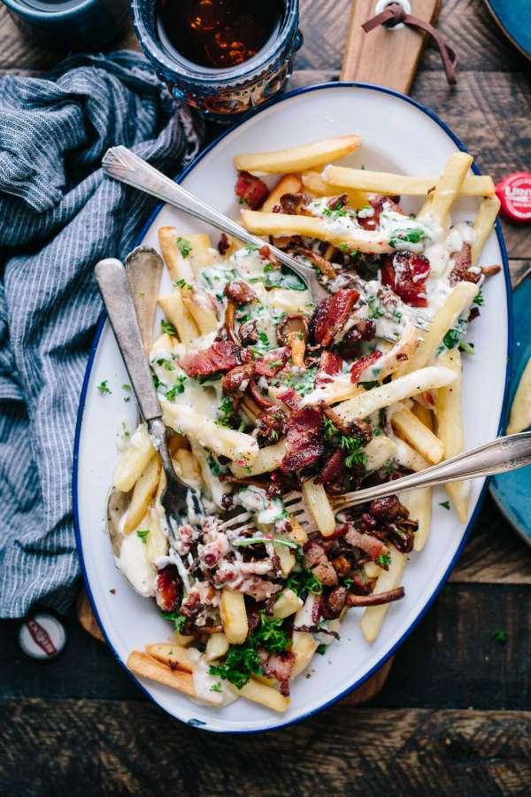 comida, bandeja, plato, papas fritas, salsa, panceta, bacon, crema, queso, gourmet, papas, bastones,