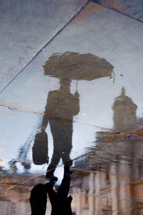 lluvia, reflejo, paraguas, calle, ciudad, una persona, hombre, urbano, mojado, humedo, sombra
