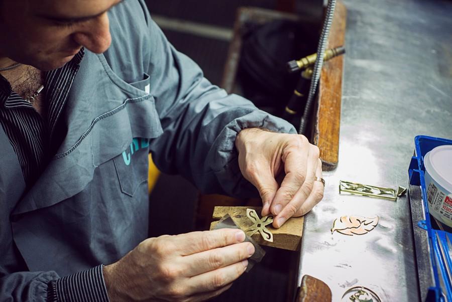 joyero, joyeria, industria, arte, artesanal, artesano, metal, trabajo, hombre, joven, 30 años, trabajo, trabajar, taller, diseño, gente,