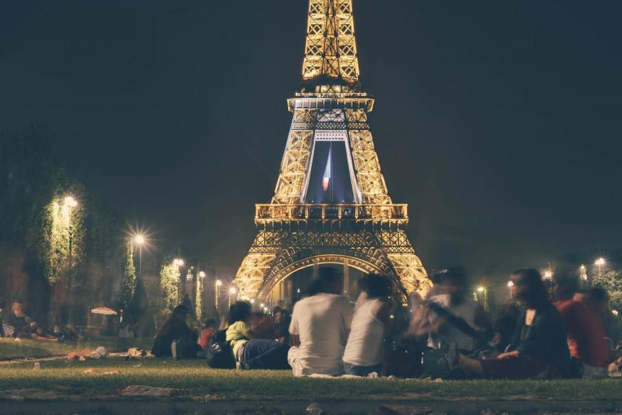 Celebracion, Torre Eiffel, Europa, Amigos, Noche, Paris, calle, ciudad, anochecer, tarde, diversion, grupo, percha, parque, partido, gente, relajado, social, socializacion, equipo,