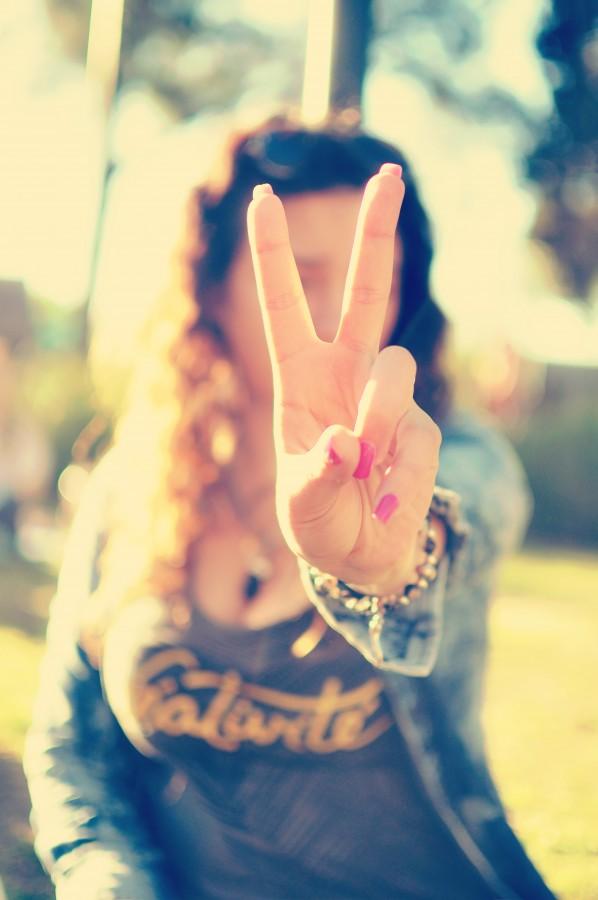 mujer, joven, 20-25 años, gesto, símbolo, signo, paz, aire libre, desenfoque, mano, uñas, femenino