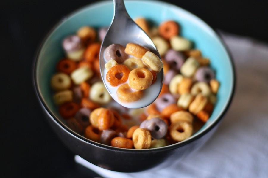 cereales, cuchara, la leche, cheerios, niños, niño, por la mañana, los alimentos, desayuno, saludable, comer, casa, mesa, comida, cocina, la infancia, la nutrición, cuenco, feliz, colorido, tazon, plato, comidas y bebidas