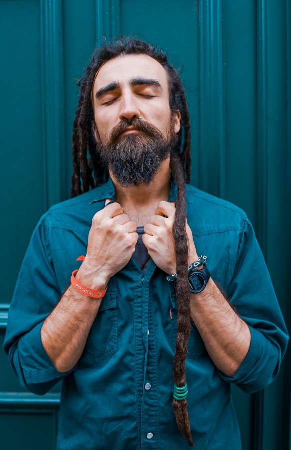 hombre, retrato, adulto, ojos cerrados, rasta, rastas, cabello, barba, elegante, moderno, camisa, estilo,