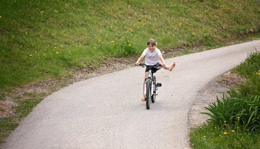 una persona, gente, niña, bicicleta, diversion, actividad, exterior, juego, jugar, niñez, sonrisa, alegria, 10 años,