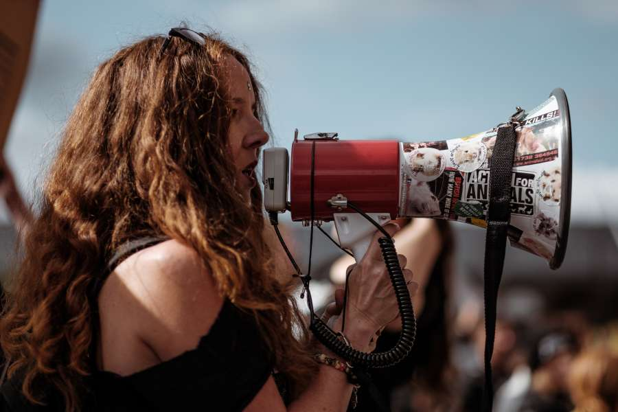 una persona, gente, mujer, exterior, protesta, activista, megafono, altavoz, grito, sonido, multitud, lucha, luchar, social, problema, problematica, marcha, manifestacion, grito,