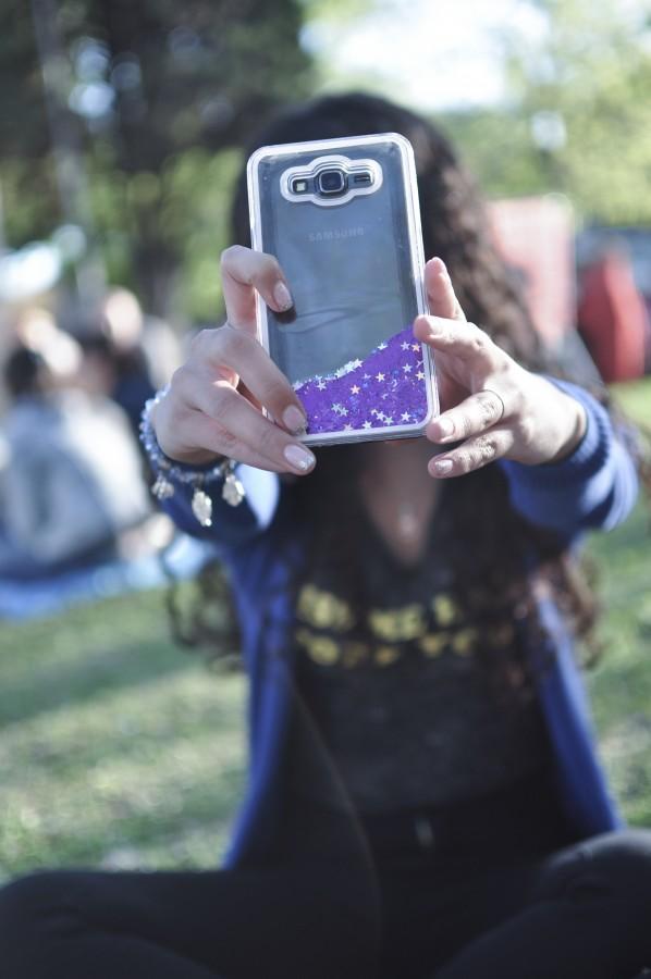 mujer, joven, 20-25 años, celular, smarpthone, móvil, tecnología, manos, mano mensaje, escribiendo, funda, carcasa, parte trasera, brillos, cámara, selfie, foto