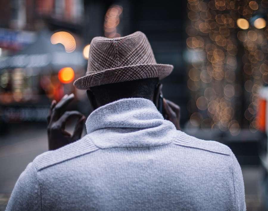 hombre, caminando, abrigo, pana, sombrero, guantes, frio, invierno, europa, fashion,