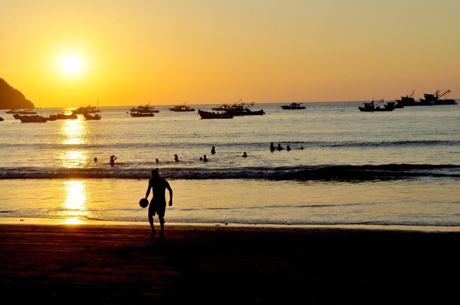 una persona, gente, hombre, pelota, futbol, atardecer, playa, costa, puerto lopez, ecuador, america, latino, latina, ocaso, puesta de sol, deporte, jugar, juego, joven,
