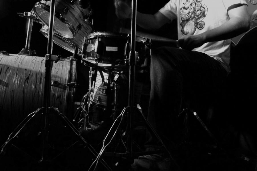 una persona, hombre, musica, blanco y negro, bateria, baterista, rock, gente, sonido, interior, banda, golpear, bombo, instrumento, musical,