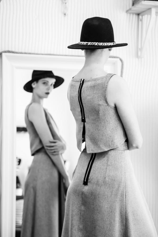 mujer, espejo, moda, belleza, autoestima, modelo, 20 años, vestido, blanco y negro, una persona, gente, sombrero,