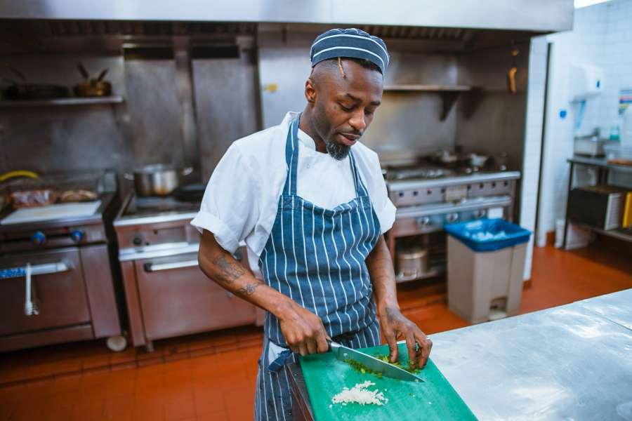 cocinero, chef, hombre, adulto, una persona, gente, cocina, profesion, trabajo, picar, picando, ajo, cocinar, cocinando, interior,