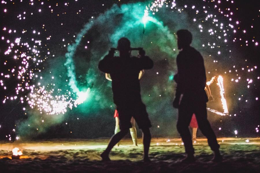 celebracion, festejo, gente, grupo de personas, adulto, adultos, noche, nocturno, fuegos artificiales, alegria, playa, ao nuevo, fin de ao, concepto, festejo, comienzo, feliz año, feliz año nuevo, año nuevo, feliz 2017, 2017