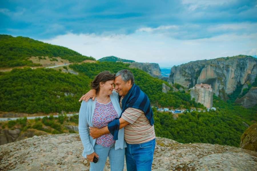 pareja, abrazo, adulto, exterior, paisaje, vacaciones, viaje, dia, montaña, 50 años,