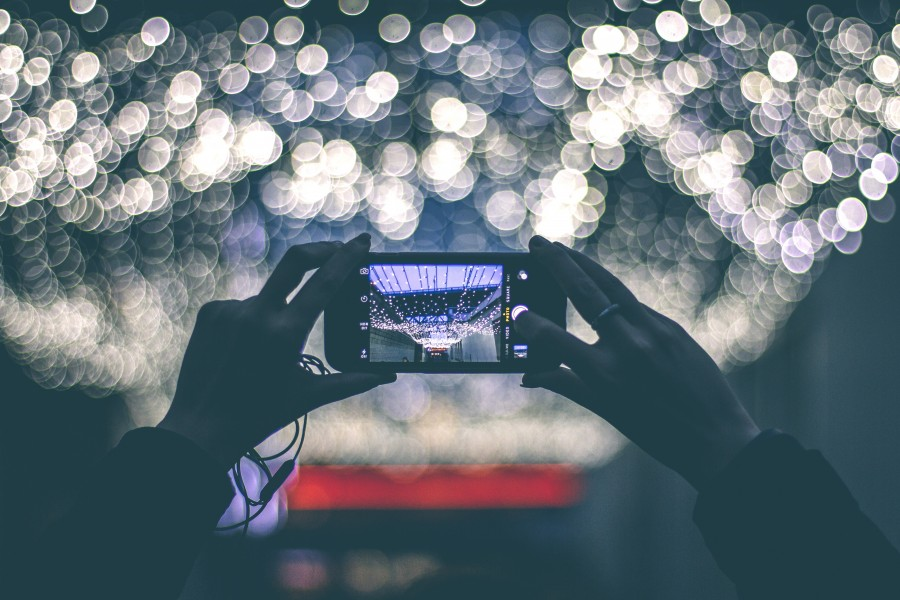 fotografía, teniendo, foto, pantalla, smartphone, cámara, teléfono, luces, iluminación, manos, explotación, digitales, tecnología, móviles, teléfono celular, instantánea , fotos gratis,  imágenes gratis, efecto bokeh