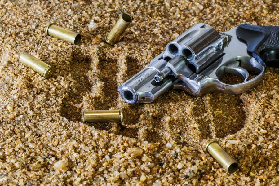 arma, revolver, peligro, metal, escena, bala, balas, casquillo, concepto, delito, evidencia, criminal,