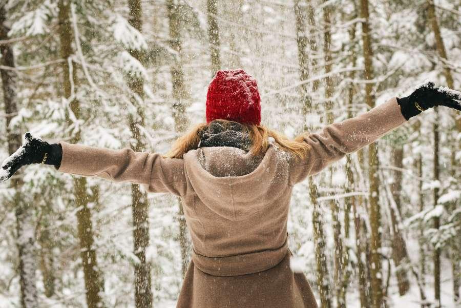 mujer, exterior, nieve, invierno, abrigo, bosque, libertad, vacaciones, felicidad, alegria, gorro, nevado, arbol, brazos abiertos,