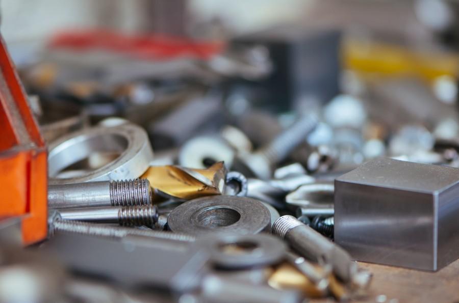 Clavos, taller, ingeniero, el dirigir, mecanico, lio, de metal, piezas, tornillos, destornillador, herramientas, desorganizado,