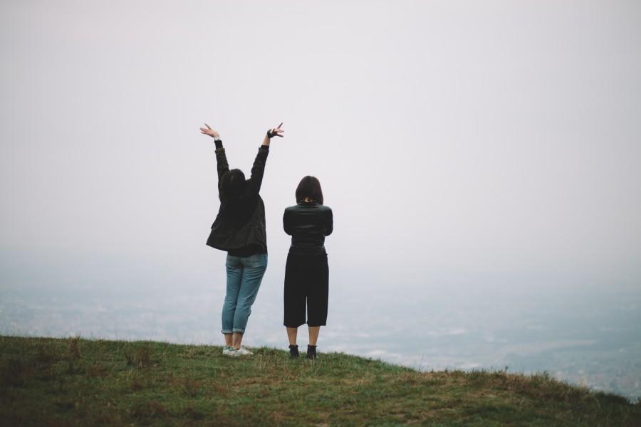 dos personas, gente, montaña, viaje, viajar, alegria, brazos, levantar, levantando, señal, felicidad, libertad, concepto,