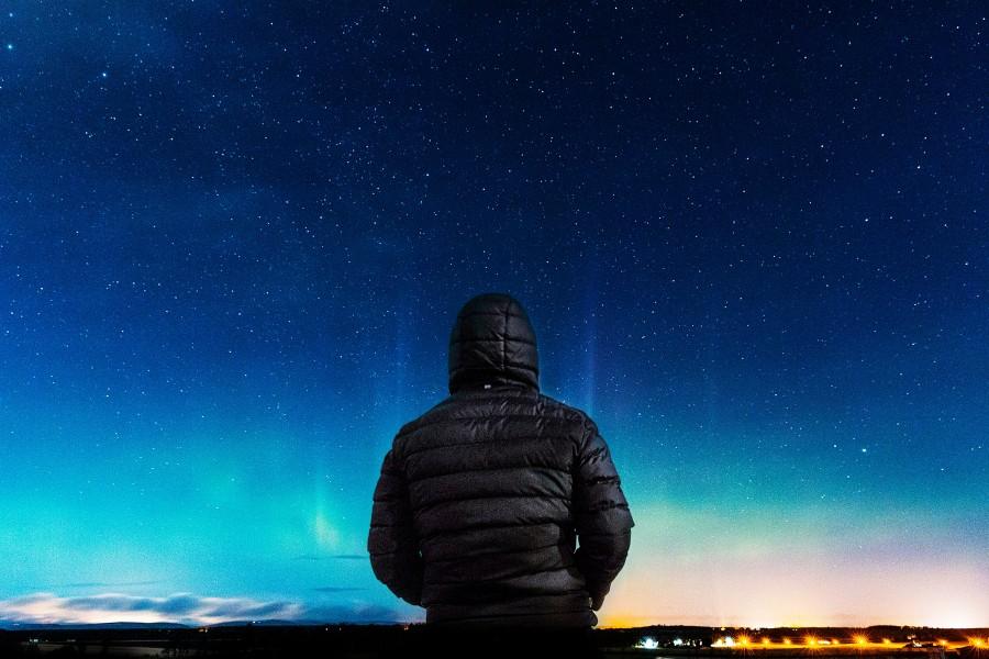 hombre, estrellas, aire libre, mirando, exterior, cielo, nocturno, noche, estrellado, gente, una persona,
