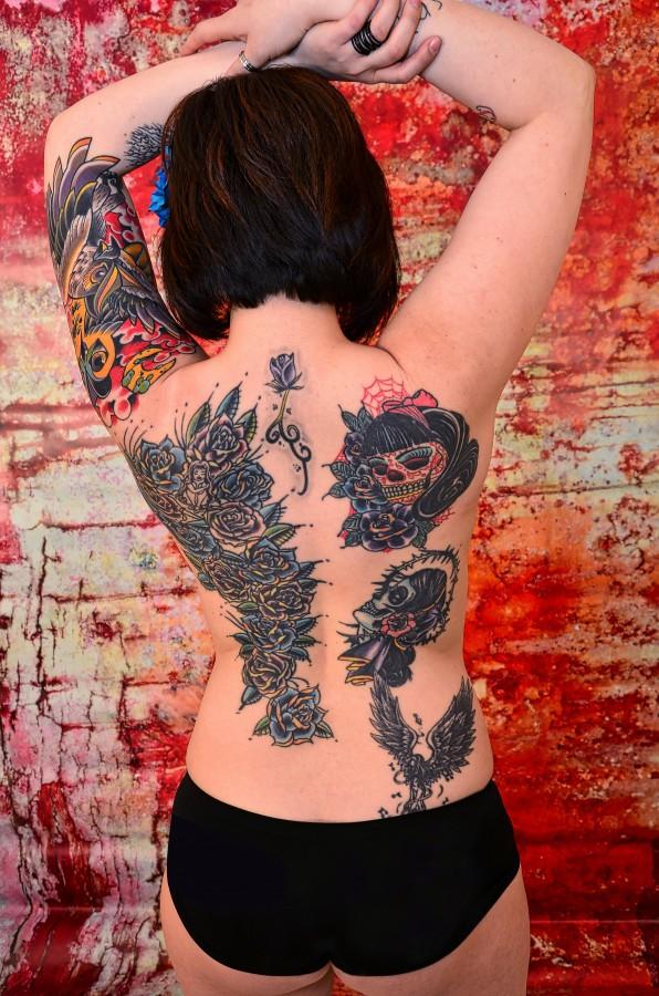 tatuajes, tinta, la piel, vuelta, mujer , fotos gratis,  imágenes gratis, espalda, mujer tatuada, ropa interior, semi desnuda, sexy, sensual, tatoo flores, colores, joven, fondo rojo