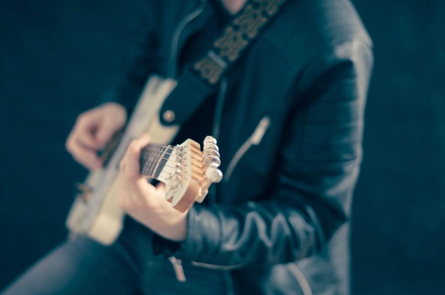 una persona, gente, hombre, musica, musico, guitarra, electrico, electrica, tocando, concierto,