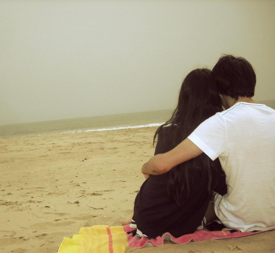 pareja, amor, playa, joven, jovenes, abrazo, abrazados, vista de atras, dos personas, felicidad, alegria, vacaciones, mar,
