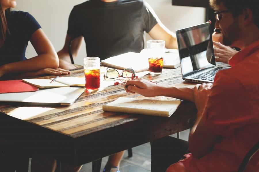 equipo, reunion, negocio, oficina, bloc de notas, escritura, bebidas, gente, ordenador portatil, ordenador, notas, puesta en marcha, funcionamiento, laptop, trabajo, escritorio, grupo,