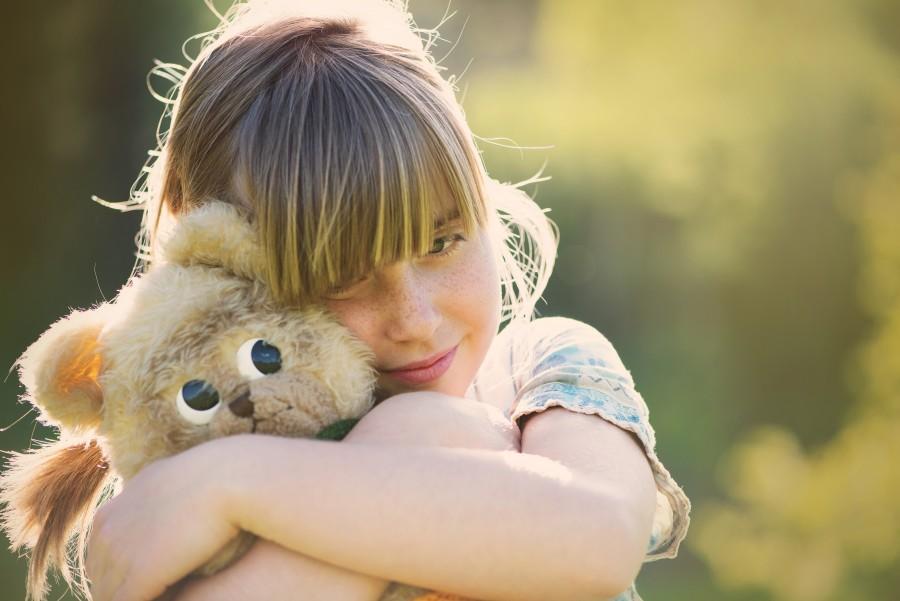 una persona, gente, niña, primer plano, abrazo, tierno, ternura, abrazar, oso, peluche, 10 años, exterior, sonrisa, alegria,