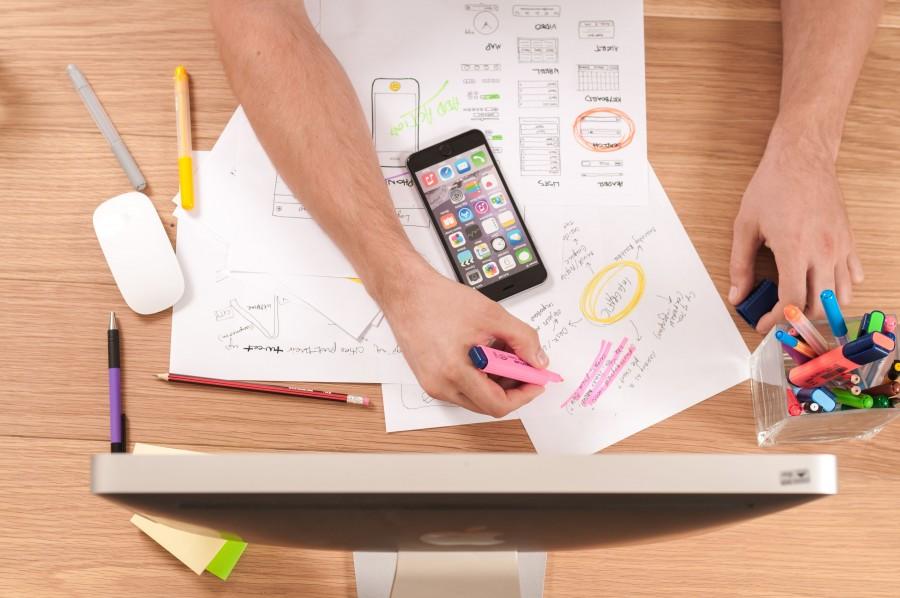 escritorio, mac, iphone, tecnologia diseño, lapicera, boiigrafo, color, colores, trabajo, trabajar, una persona, gente, hombre, mano, manos, escribir, escribiendo, escritura,