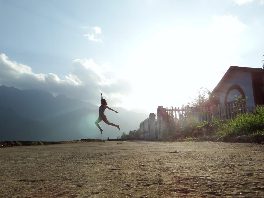 una persona, gente, mujer, exterior, salto, saltando, libertad, concepto, dia, forma, baile, alegria, fluido, fluir,