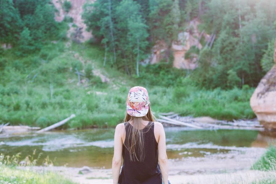una persona, gente, mujer, aire libre, dia, exterior, verano, bosque, mirando, espaldas, joven, gorra, gorro, naturaleza, concepto, vacaciones, viajar, viaje,
