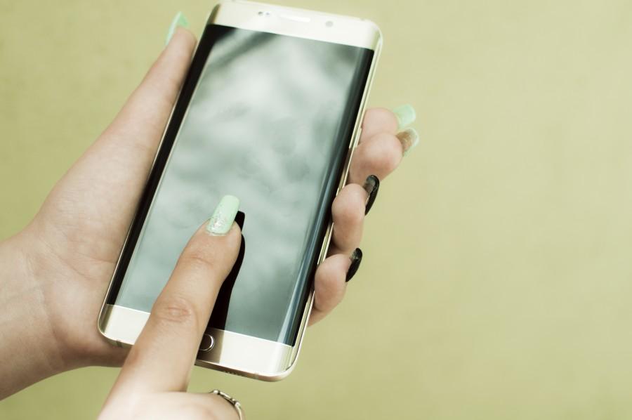 manos de mujer, uñas, celular, tecnología, pantalla curva, edge, smartphone, nuevo, novedoso, móvil, teléfono inteligente, femenino, mujer, joven, dorado, apagado, pulgadas, moderno